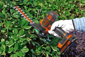 ブラックアンドデッカー-マルチツール-2in1ガーデンヘッド-使用例-庭木バリカンブレードでの生垣・植え込み手入れ
