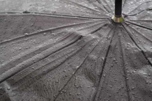雨にぬれた傘